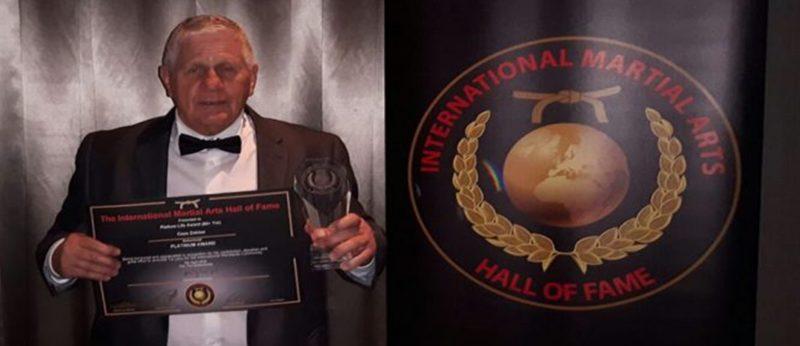 Cees Dekker ontvangt award voor verdienste Martial Arts Hall of Fame